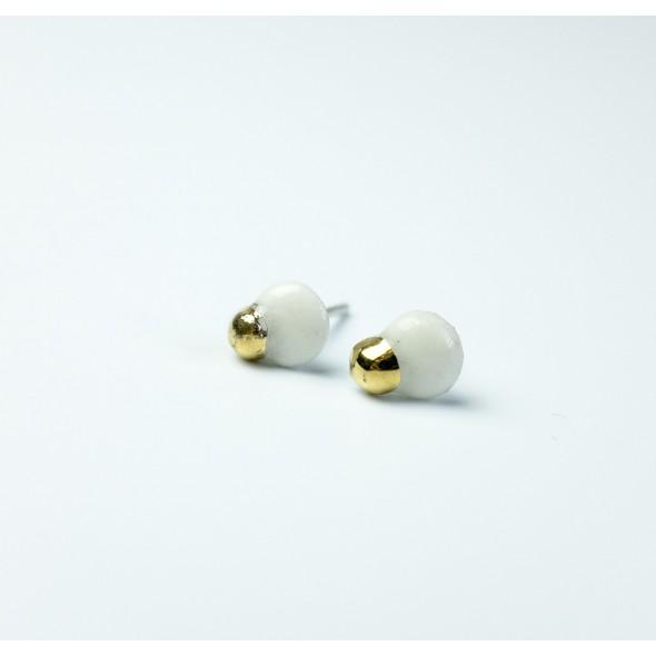 Auskarai: Flora, balti su auksu.