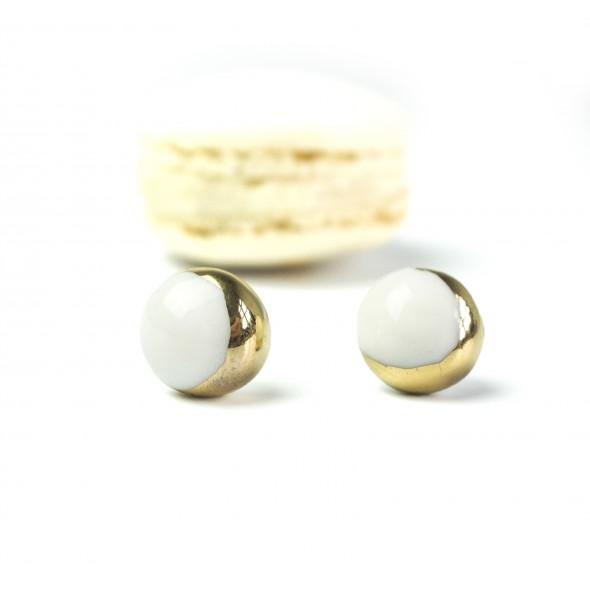 Balti auskarai Mėnuliai prie ausies su aukso delčia.