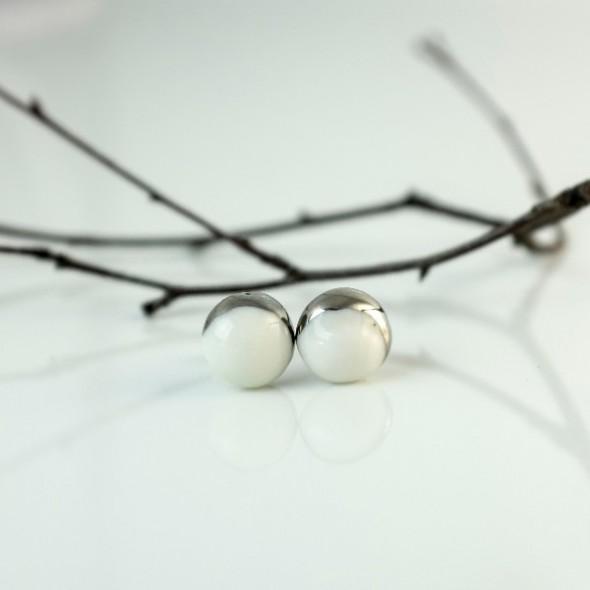 Balti auskarai Mėnuliai prie ausies su aukso ar platinos delčia.