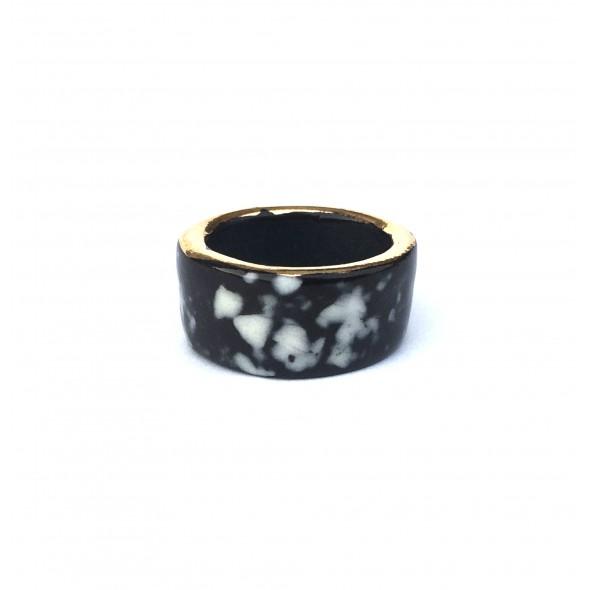 Juodas su baltais taškais ir auksu, žiedas