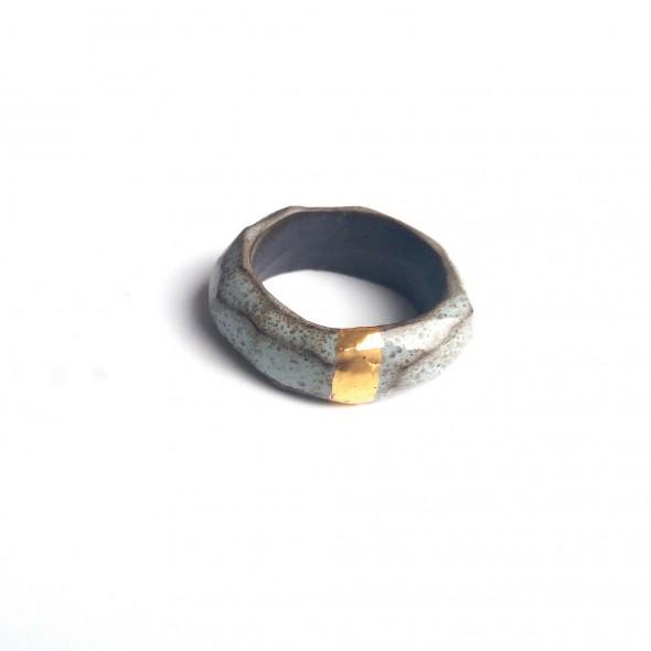 Pilkas su auksu, žiedas