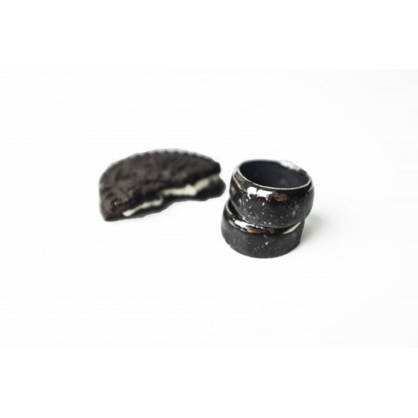 Juodas su baltais taškais ir platina, žiedas