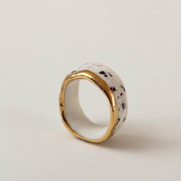 Baltas su juodais taškais ir auksu, žiedas