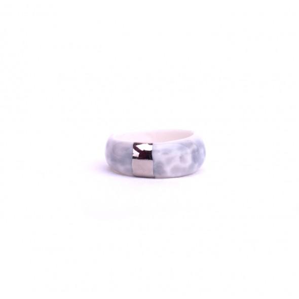 Pilkas porcelino žiedas dekoruotas platina