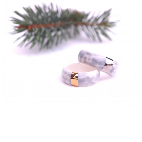 Pilkas porcelino žiedas dekoruotas auksu